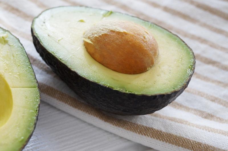 アボカドは糖質が少ない果物なのでおすすめです。