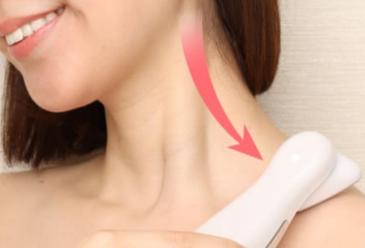 首筋から肩にかけてエステプロCⅡを滑らせ余計な水分や老廃物の排泄を促すとともにコリも解消させる。
