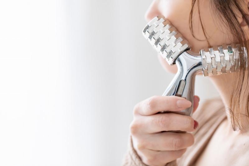 肌に摩擦を与えるローラータイプの美顔器は老化を早めるから使わない方がいいでしょう。